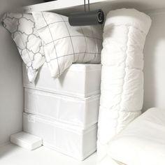IKEAの布団収納ケースは重ねられるので使いやすい!タオルと同じように、布団を丸めてしまうのも◎。