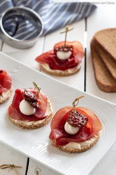 Canapes with bresaola and mozzarelline Antipasto, Finger Food Appetizers, Finger Foods, Wine Recipes, Gourmet Recipes, Gourmet Foods, Italian Street Food, Snacks, Food Lists