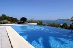 Quel emplacement choisir pour ma piscine intérieure ? Profil de bassin, dimensions,calculez l'espace. La piscine extérieure se dessine en fonction de son paysage et de son aménagement floral.