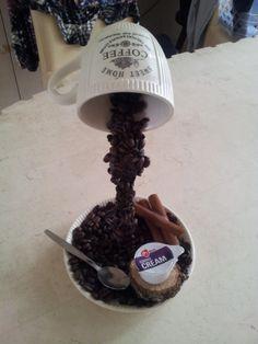 zwevende kop boven een schotel met koffiebonen en kaneel