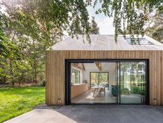 Residência Villa Tonden / HofmanDujardin   ArchDaily Brasil Villa, Agi Architects, Clad Home, Bunk Beds Built In, Timber Roof, Relaxing Holidays, The Door Is Open, Roof Structure, Big Windows