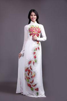 Những cánh sen hồng trải đều dọc thân áo dài sẽ là sự lựa chọn lý tưởng cho những thiếu nữ có vóc người nhỏ, vai bé.