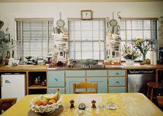 Se há uma lição que podemos aprender sobre design de interiores com a maravilhosa Julia Child, é que uma cozinha deve ser vívida, e polida como um showroom.