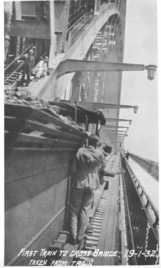 The first train to cross the Sydney Harbour Bridge on 19 January 1932.    🌹