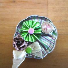Broche ou barrette en capsule de café nespresso recyclée rayée rose verte, fleur verte et cupidon