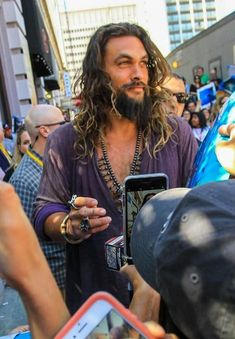 Jason Momoa signs for a whole host of fans. Jason Momoa Frontier, Jason Momoa Aquaman, Aquaman Actor, Beautiful Men, Beautiful People, Imaginary Boyfriend, Lisa Bonet, My Sun And Stars, Hollywood Actor