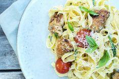 Pasta med kylling og tomater Dinner Is Served, Spaghetti, Chicken, Ethnic Recipes, Food, Essen, Yemek, Spaghetti Noodles, Buffalo Chicken