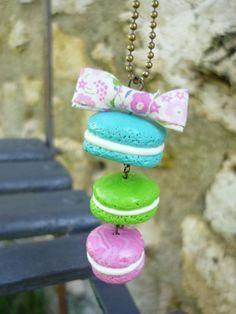 Sautoir avec trio de macarons bleu, vert et rose avec noeud en liberty sur chaîne à billes en laiton. Cocomuxu