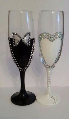 Decorate wine glasses with flowers and beads, It's easy but looks great ! Wine glass decorations can help dress up your table for a party or wedding, or simply help guests keep track of their glasses throughout the evening. Glitter Glasses, Glitter Wine, Decorated Wine Glasses, Hand Painted Wine Glasses, Wedding Wine Glasses, Champagne Glasses, Wedding Champagne, Wine Glass Crafts, Wine Bottle Art