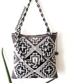 Handbag Wayuu ♣️♠️♣️Handmade - Original Wayuu @lanostraartesanal ❤️☑️ Crotchet Bags, Knitted Bags, Crochet Handbags, Crochet Purses, Mochila Crochet, Tapestry Crochet Patterns, Tapestry Bag, Crochet Ornaments, Beaded Purses