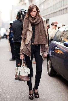 ぐるぐる巻きのマフラーにブラックデニムとローファーをオン。クールタイプのモード系女子必見のコーデ☆参考にしたいスタイル・ファッションのアイデア♪