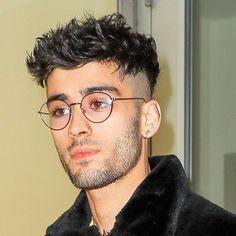 Zayn out and about in NYC 🗽 Zayn Malik Photoshoot, Zayn Malik Pics, Zayn Malik Glasses, Curly Hair Men, Curly Hair Styles, Zayn Malik Style, Zayn Mallik, One Direction Photos, Short Black Hairstyles