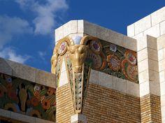 Отделка фасада кирпичного дома пестрого цвета в ардеко стиле