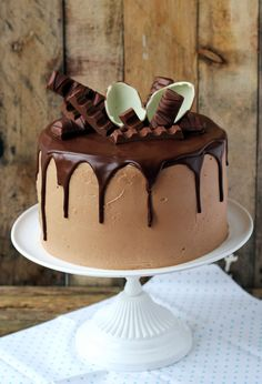Triple chocolate cake with kinder chocolate … – pastry types Fudge Cake, Pie Cake, Brownie Cake, No Bake Cake, Delicious Cake Recipes, Yummy Cakes, First Communion Cakes, Custard Cake, Easy Cake Decorating