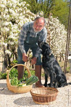 Le chef jardinier Jean du Château de Vault de Lugny et son chien Gamin.