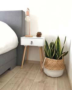 42 Stylish Nightstand Decor Ideas – Captain Decor - The Home Decor Trends Cute Dorm Rooms, Cool Rooms, Bedside Table Decor, Nightstand Ideas, Bedside Decorating, Unique Nightstands, Bedside Tables, Table Lamps, My New Room