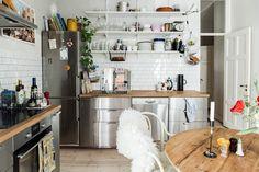 Nooks vill sakta ner Stockholms bostadsmarknad. Hemmen som finns med hos oss är alla unika, men har en sak gemensamt: De är kanske till salu. Kitchen Cabinets In Bathroom, Kitchen Dining, Apartment Kitchen, Kitchen Interior, Room Inspiration, Interior Inspiration, Rental Kitchen, Gravity Home, Scandinavian Apartment