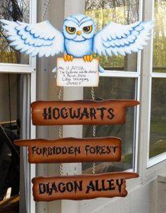 Use this Harry Potter Hedwig sign as a Halloween decoration to direct party guests to different themed areas. So fun for a kids party or adults book nerd gathering! Hedwig Harry Potter, Signe Harry Potter, Objet Harry Potter, Harry Potter Halloween, Harry Potter Christmas, Harry Potter Birthday, Harry Potter Characters, Hogwarts Christmas, Harry Potter Baby Shower
