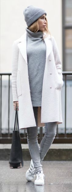All grey outfits are a trend. Wearing skinny grey jeans with a matching sweater and beanie will allow you to recreate Julia Toivoloa's cool winter look. Coat: Zara, Sweater: BikBok, Jeans: GinaTricot, Bag: Alexander Wang, Beanie: Pieces, Shoes: Adidas Superstar.