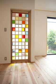 色とり取りのステンドグラスをはめ込んだオリジナル建具の扉。