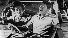 A primeira-ministra também desenvolveu uma relação especial com o presidente americano Ronald Reagan - considerado por analistas sua alma gêmea política. Após a morte de Reagan, ela o descreveu como o grande americano que ganhou a Guerra Fria. Acima, ambos acenam ao chegar em Camp David, nos EUA, em 1984. Foto: Getty Images