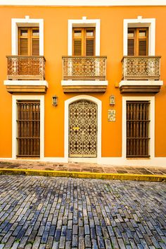 Beautiful Typical Old San Juan House Yellow House Exterior, House Paint Exterior, Exterior Colors, Spanish Style Homes, Spanish House, Spanish Colonial, Mexican Home Decor, Caribbean Homes, Yellow Houses