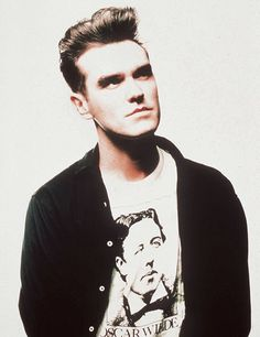 Morrissey wears an Oscar Wilde t-shirt New Wave Music, My Music, The Smiths Morrissey, The Queen Is Dead, Johnny Marr, Charming Man, Alternative Music, Post Punk, Music Lyrics