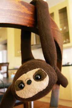 A tutorial on how to make a sloth out of a sock! @Peggy Palmer I NEED you to make me one of these!