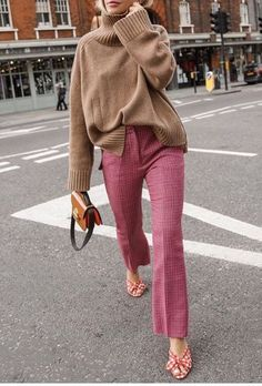 How To Wear Camel This Fall Kamelpullover + rosa Hose The post Wie trägt man ein Kamel diesen Herbst? & Fashion // Autumn Outfits appeared first on Mens Style . Fashion Blogger Style, Fashion Mode, Work Fashion, Womens Fashion, Classy Fashion, City Fashion, Feminine Fashion, Trendy Fashion, Fashion Trends
