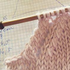 Tejer Circular Knitting Needles, Knitting Stitches, Free Knitting, Baby Knitting, Sweater Knitting Patterns, Knitting Designs, Knit Patterns, Stitch Witchery, Knitting Dolls Clothes