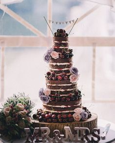 O naked cake é uma opção super linda além de ter uma aparência deliciosa. Para decorá-lo você pode optar por flores frutas e até mesmo pedaços de renda e decorações de papel!Esse aqui é uma inspiração incrível para os chocólatras.