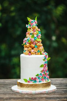 Feast your eyes on these artfully crafted floral-inspired confections from Austin's most creative cake designers captured by Christina Carroll Photography at Barr Mansion! Inspired by a summer garden, this three tiered beauty from Simply Delicious Custom Cakes is playful and modern. We love the idea of incorporating floral garland into the wedding cake like this stunner from Blue Note Bakery. #weddingcake #bluenotebakery