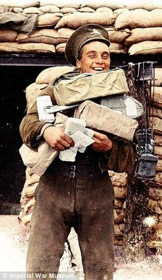 Le facteur est passé En septembre 1916 près d'Aveluy, un artilleur revient avec le courrier pour sa batterie. Pendant la Grande Guerre, environ 10 milliards de lettres ont été envoyées soit plus de 6 millions par jour. Pour en savoir plus sur la Première Guerre mondiale, n'hésitez pas à feuilleter quelques pages du Petit Quizz de la Grande Guerre de Grégoire Thonnat : http://www.editionspierredetaillac.com/premiere-guerre-mondiale/28-le-petit-quizz-de-la-grande-guerre.html