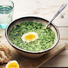 Vad blir det om du blandar spenat, mjukost och buljong? En riktigt god spenatsoppa! Suverän vardagsmiddag som är enkel att laga och klar på ett kick. Mjukosten tillför härlig krämighet och de perfekt kokta äggen är en underbar smakhöjare i soppan. Mozzarella, Lunches And Dinners, Meals, Vegetarian Recipes, Healthy Recipes, Good Food, Yummy Food, Fish And Seafood, Food Hacks