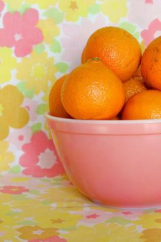 Pink Pyrex bowl full of oranges on a bright yellow flower tablecloth Hd Vintage, Vintage Sheets, Vintage Pyrex, Color Combos, Color Schemes, Pink Pyrex, Hello March, Pastel Cupcakes, Orange You Glad