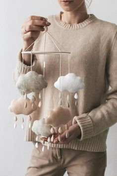 Baby mobile / Nursery mobile / Mobile bebe / Baby shower gift This craft cloud mobile adds the finishing touch to any kid's room! The element that hol Baby Crib Mobile, Baby Cribs, Baby Mobiles Diy, Cloud Mobile, Mobile Mobile, Mobile Homes, Diy Bebe, Shower Bebe, Bebe Baby