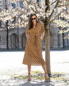 Meine Wahl: Glam up mit Polka DotsWarum ich es so gerne mag: Lässig fallender, überkreuzter V-Ausschnitt, etwas längere Ärmel, perfekt für die Sanduhrfigur - und natürlich mit Taschen! Designed in Munich, made in Italy. Ein unkomplizierte und schöner Begleiter! Mode für Frauen über 40 und ab 50. BeFifty Beate Finken