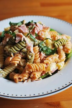 Serves 2 Extra Easy – syn free Green – syn free if you leave out the ham Ingredients 2 cups of uncooked pasta (I used the tri coloured one) 3 slices of ham, chopped 4 heaped tablespoons of quark 1 crushed clove of garlic 1/2 teaspoon black pepper 1/2 teaspoon of paprika mixed salad leaves...Read More »