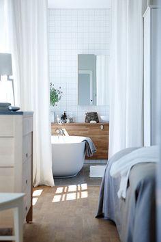 Badkamer in je slaapkamer. Gordijnen  witte gordijnen maakt het zen ...