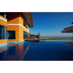 Who wants to swimming in this large pool? #exterior #exteriordesign #desaineksterior #eksterior #pool #pooldesign #swimmingpool #kolamrenang #desainkolamrenang