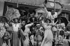 Novio a la vista. 1954 A principios del siglo XX, a veces el veraneo no era más que un pretexto para irse a la playa en busca de posibles novios para las chicas casaderas.