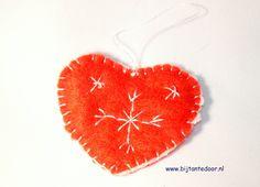 Valentijn's hartje. Pakketjes met alle materialen en beschrijving zijn te verkrijgen via www.bijtantedoor.nl Crochet Earrings, Jewelry, Jewellery Making, Jewels, Jewlery, Jewerly, Jewelery, Jewel, Fine Jewelry