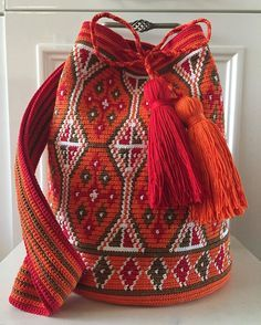 the style of bad and strap Crotchet Bags, Knitted Bags, Tapestry Bag, Tapestry Crochet, Wiggly Crochet, Mochila Crochet, Boho Bags, How To Purl Knit, Crochet Purses