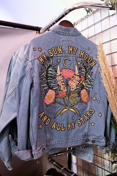 SHOW: A wedding fair for the cool bride, ropa pintada SHOW: A wedding fair for the cool bride, Painted Denim Jacket, Painted Jeans, Painted Clothes, Denim Jacket With Pins, Diy Clothes Paint, Denim Paint, Hand Painted, Look Fashion, Diy Fashion