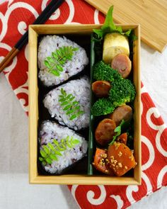 Japanese box lunch, Bento お弁当 This looks so yummy! OK, I am now going to go to my Japanese food store & pick up some bento boxes to do the creations I have pinned here! Then, I will eat them!