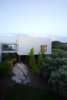 sleek exterior modern house lifted up on the hilltop. Art Et Architecture, Architecture Résidentielle, Minimalist Architecture, Contemporary Architecture, Exterior Design, Interior And Exterior, Modern Interior, Casas Containers, My Dream Home