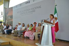 Acompañado por la directora del Sistema Nacional para el Desarrollo Integral de la Familia, Laura Vargas Carrillo, y de la presidenta del DIF Estatal, Karime Macías Tubilla, el mandatario afirmó que en se fortalece la participación de las mujeres en el desarrollo.