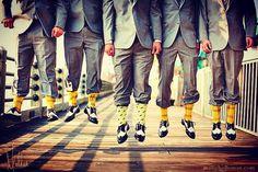 Abuse dos detalhes! A combinação de meias entre noivo e padrinhos fica um charme!