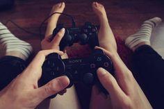 Novios jugando playstation