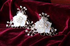 Designer único, peça toda cravada com  zircônio, banhada em prata ou ouro branco. Com flor de madre perola no centro.